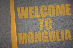 carretera de asfalto con la recepción del texto a Mongolia cerca de la línea amarilla Fotografía de archivo libre de regalías