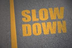 Carretera de asfalto con retraso del texto cerca de la línea amarilla Imagenes de archivo