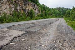 Carretera de asfalto dañada imagenes de archivo