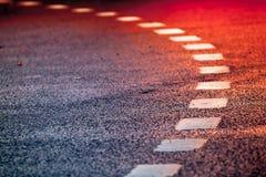 Carretera de asfalto de torneado con las líneas de la marca foto de archivo libre de regalías