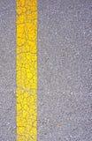 Carretera de asfalto del Grunge con la grieta para el fondo de la textura foto de archivo