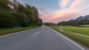 Carretera de asfalto en Austria, montañas en un drivelapse hermoso del hyperlapse del timelapse del día del otoño metrajes