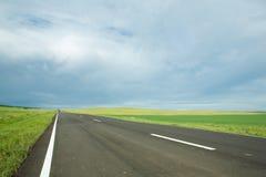 Carretera de asfalto en campo Foto de archivo
