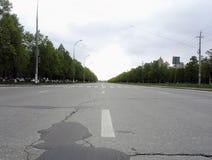 carretera de asfalto en distancia que va de la ciudad Imágenes de archivo libres de regalías