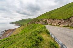 Carretera de asfalto en la manera atlántica salvaje en Irlanda Fotos de archivo libres de regalías