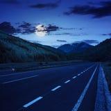 Carretera de asfalto en montañas en la noche Foto de archivo libre de regalías
