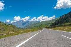 Carretera de asfalto entre las montañas Imagen de archivo