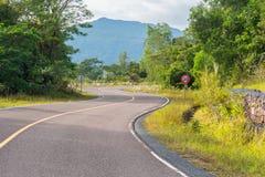 Carretera de asfalto lisa en montañas Fotos de archivo libres de regalías
