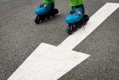 Carretera de asfalto patinadora en línea de la flecha Imagen de archivo libre de regalías