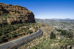 Carretera de asfalto que lleva en la distancia fotografía de archivo