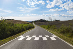 Carretera de asfalto rural soleada con la línea modelo del comienzo fotos de archivo