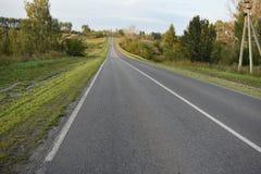 Carretera de asfalto de tierra del camino Foto de archivo libre de regalías