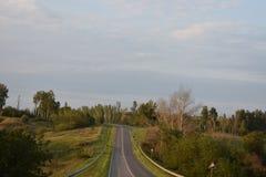 Carretera de asfalto de tierra del camino Imagen de archivo libre de regalías