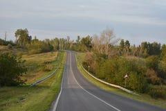 Carretera de asfalto de tierra del camino Fotos de archivo
