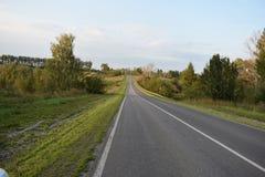 Carretera de asfalto de tierra del camino Fotos de archivo libres de regalías