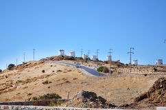 Carretera de asfalto a través de un campo de la montaña de las turbinas de viento Bodrum, Turquía Fotos de archivo libres de regalías