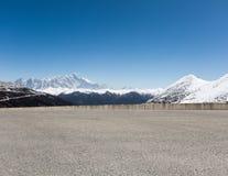 Carretera de asfalto vacía con la montaña de la nieve Fotografía de archivo