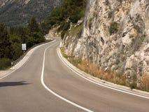 Carretera de asfalto vacía con la raya blanca sólida imágenes de archivo libres de regalías