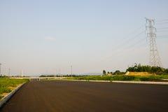 Carretera de asfalto vacía por tarde soleada del verano Fotos de archivo