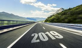Carretera de asfalto vacía y Año Nuevo 2019 Dos mil diecinueve fotos de archivo libres de regalías
