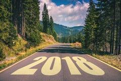 Carretera de asfalto vacía y concepto 2018 del Año Nuevo Conducción en un empt Foto de archivo libre de regalías