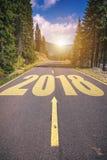 Carretera de asfalto vacía y concepto 2018 del Año Nuevo Conducción en un empt Foto de archivo