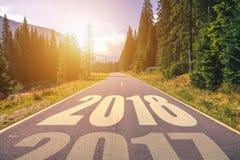 Carretera de asfalto vacía y concepto 2018 del Año Nuevo Conducción en un empt Imagenes de archivo