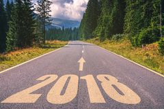 Carretera de asfalto vacía y concepto 2018 del Año Nuevo Conducción en un empt Imagen de archivo