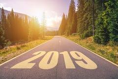 Carretera de asfalto vacía y concepto 2019 del Año Nuevo Conducción en un empt Imagenes de archivo