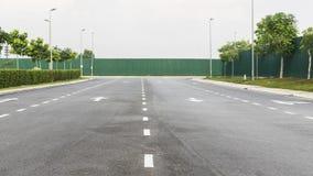 Carretera de asfalto y el hording verde Fotos de archivo