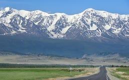 Carretera de Chuya en las montañas de Altai imágenes de archivo libres de regalías