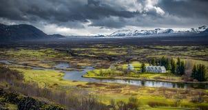 Carretera de circunvalación islandesa que va hasta el final alrededor Imágenes de archivo libres de regalías