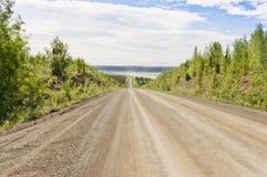 Carretera de Dempster que lleva de MacKenzie River imagenes de archivo