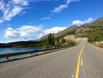 Carretera de Klondike a lo largo de Emerald Lake, el Yukón, Canadá Foto de archivo