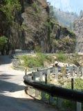 Carretera de la bobina a través de las montañas Imagenes de archivo