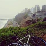 Carretera de la montaña del edificio de la playa de la bicicleta fotos de archivo libres de regalías