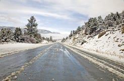 Carretera de la montaña en invierno fotos de archivo