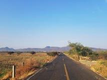 Carretera de Progreso del de Coyuca de catalán-Ajuchitlan en Guerrero, México que dirige a la ciudad de Altamirano foto de archivo libre de regalías
