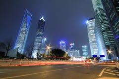 Carretera de Shangai Lujiazui en la noche Imagen de archivo