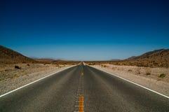 Carretera del camino del desierto en el parque nacional de Death Valley Fotografía de archivo libre de regalías