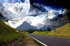 Carretera del campo con el fondo galáctico Fotos de archivo