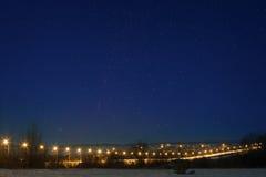 Carretera del coche con el cielo de la estrella, encendido por las linternas Paisaje de la noche en t Imagen de archivo libre de regalías