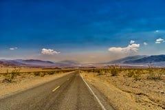 Carretera del desierto al parque nacional de Death Valley Fotos de archivo libres de regalías