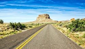 Carretera del desierto que se acerca al barranco de Chaco en New México Imagen de archivo