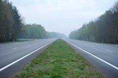Carretera del desierto sin un coche Imagenes de archivo
