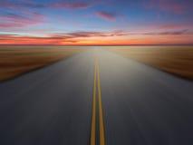 Carretera del país en el tiempo de la puesta del sol Foto de archivo