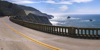 Carretera del puente de Bixby entre la montaña y el océano imágenes de archivo libres de regalías