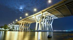 Carretera del puente de Nicolls a través del río de oro en la noche Imagenes de archivo