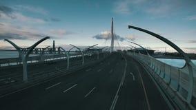 Carretera del puente grande sobre el río metrajes