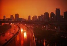 Carretera durante puesta del sol y la lluvia Fotos de archivo libres de regalías